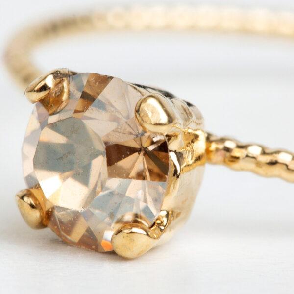 Bague Daphné en or fin, ajustable, fleur, cristal Swarovski, fond blanc, détails