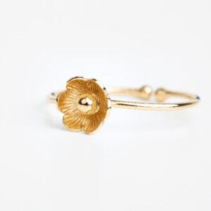Bague Éloïse en or fin, ajustable, fleur, fond blanc Laparitaine