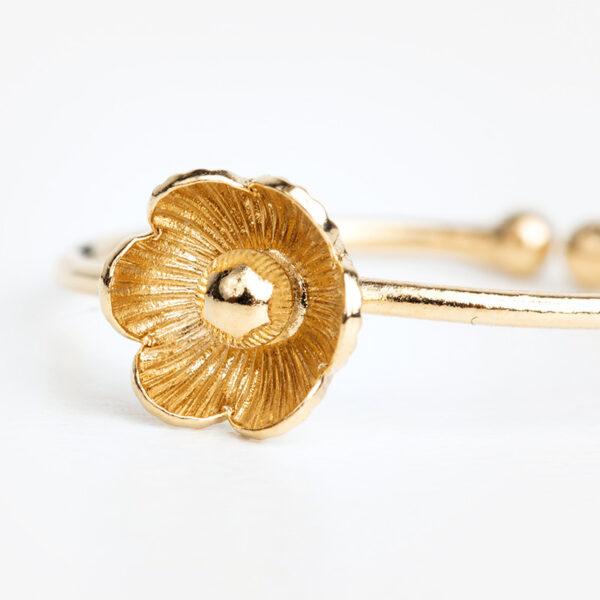 Bague Éloïse en or fin, ajustable, fleur, fond blanc, détails