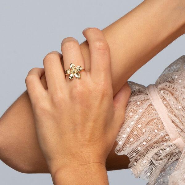Laparitaine Main de femme portant une bague Varda en or fin, ajustable, fleur