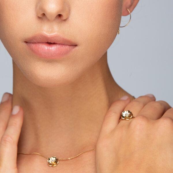 Femme de face portant une bague et un collier de la collection Éloïse 2