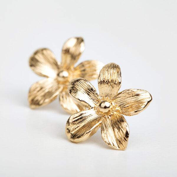 Laparitaine Paire de boucles d'oreilles Varda, or fin avec fleur sur fond blanc, détails