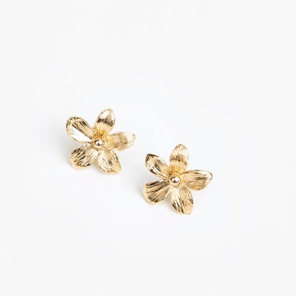 Laparitaine Paire de boucles d'oreilles Varda, or fin avec fleur sur fond blanc