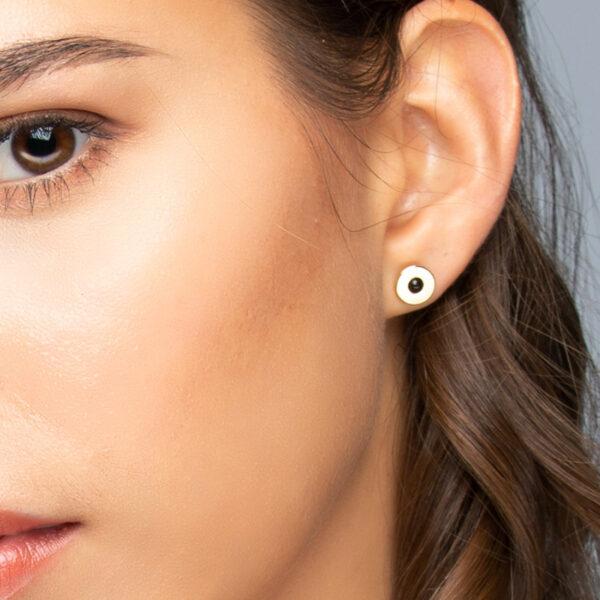 Femme brune aux yeux marron portant une boucle d'oreille puce Andréa en or fin avec quartz noir 2