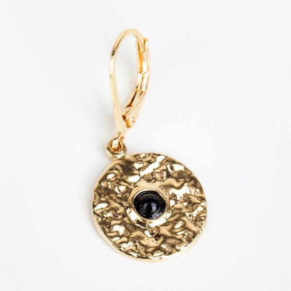 Boucle d'oreille pendantes Clara, or fin et cabochon en quartz noir, détails, fond blanc