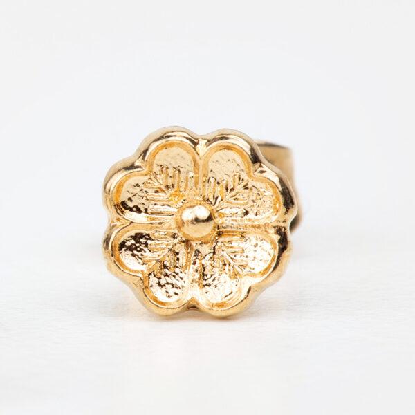 Laparitaine Gros plan détails sur une boucle d'oreille puce Mya doré à l'or fin, fleur, détails