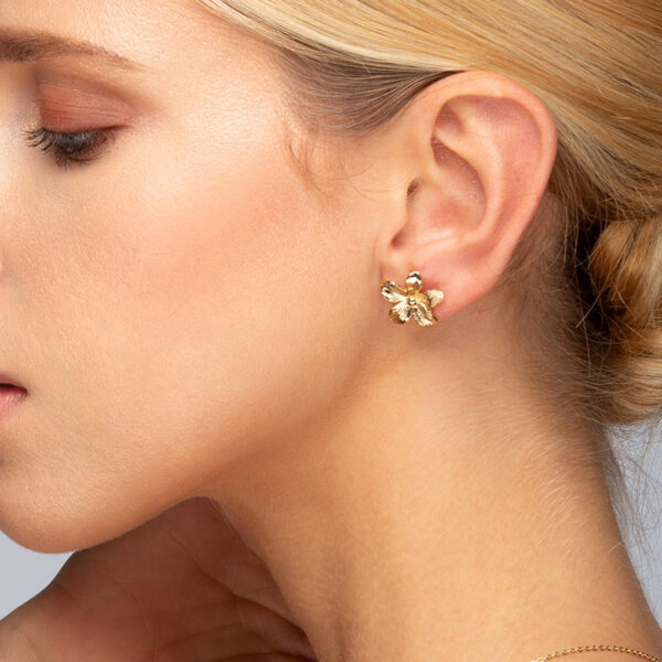 Laparitaine Femme blonde portant une boucle d'oreille Varda, or fin avec fleur