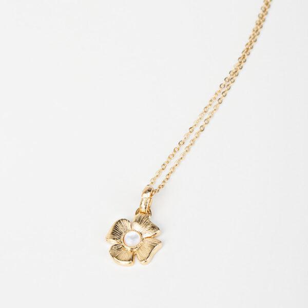 Collier Azalée avec une chaîne fine, pendentif dorée en forme de fleur avec une pierre précieuse blanche en nacre