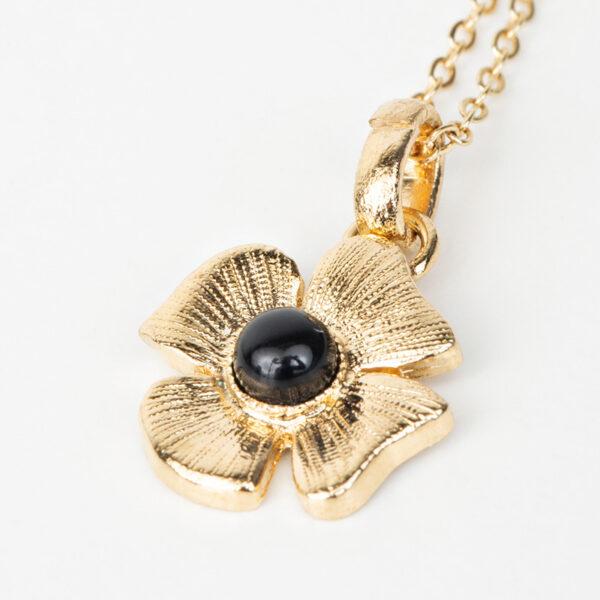 Collier Azalée avec une chaîne fine, pendentif dorée en forme de fleur avec une pierre précieuse noir en quartz, détails