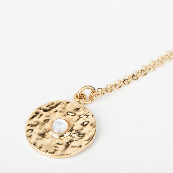 Collier Clara avec une chaîne fine, pendentif rond dorée avec une pierre précieuse blanche en nacre, détails collections création bijoux