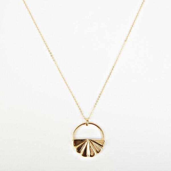 Collier Iris avec une chaîne fine, pendentif dorée en forme de coquillage