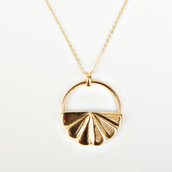 Collier Iris avec une chaîne fine, pendentif dorée en forme de coquillage, détail
