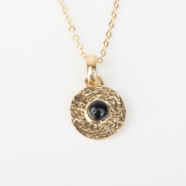 Collier Sophia avec une chaîne fine, pendentif rond dorée avec une pierre précieuse en quartz noir, détails
