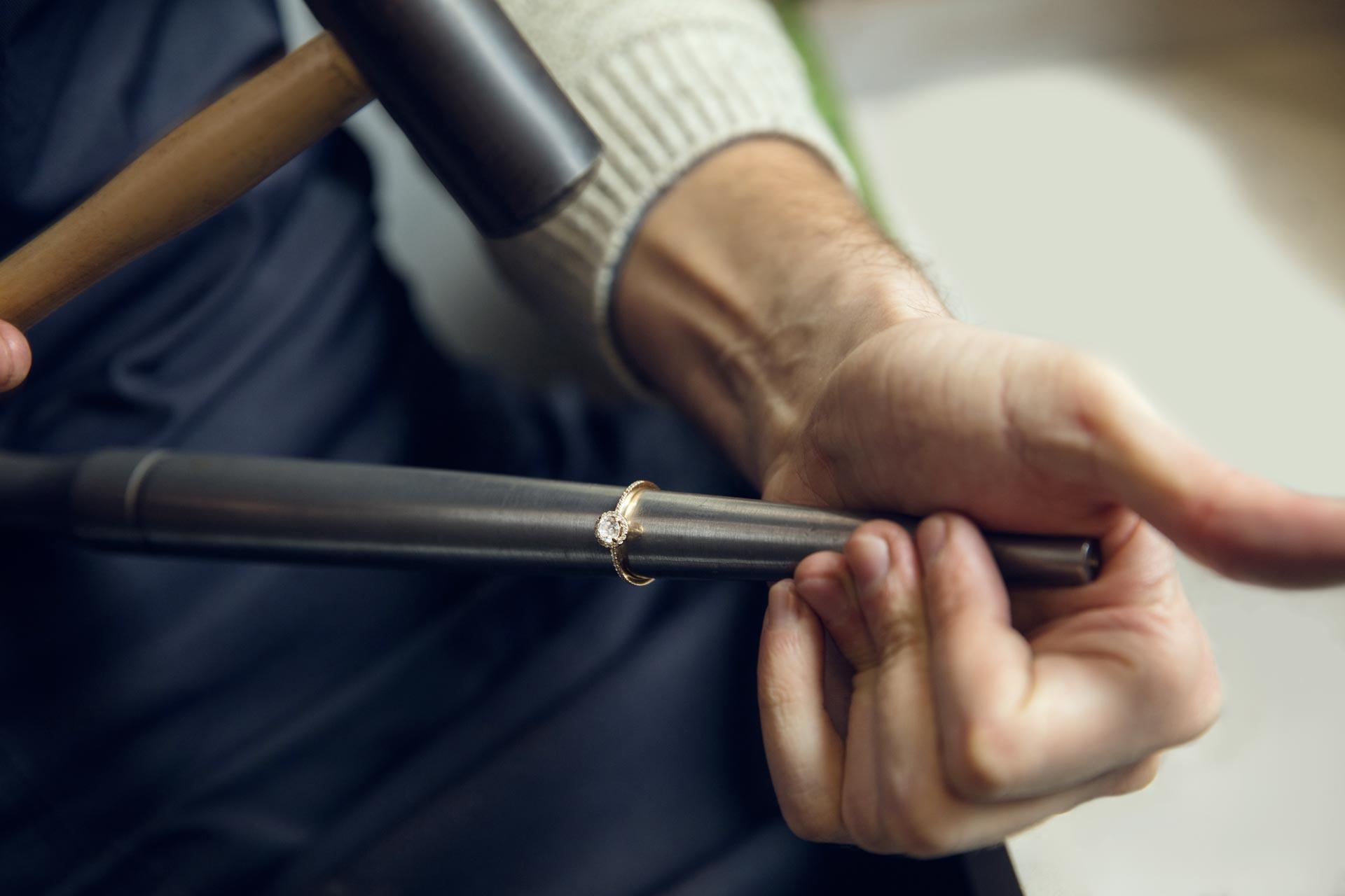 Artisan joailler créant une bague en or et pierre précieuse